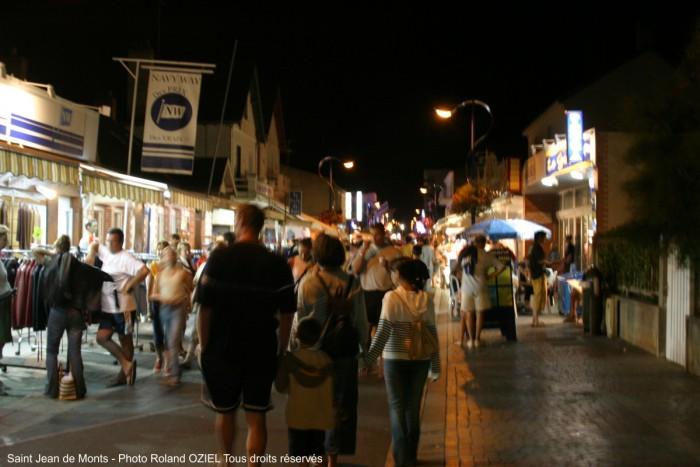 Rue piétonne nocturne de saint jean de monts