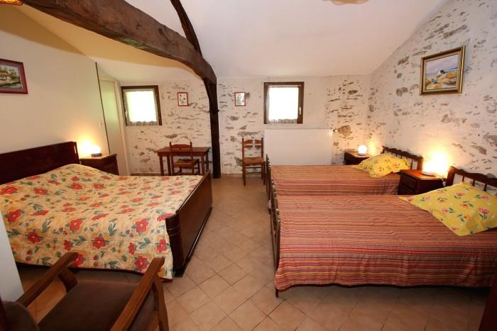 Chambre jonquille avec sa salle d'eau privative et wc séparé.